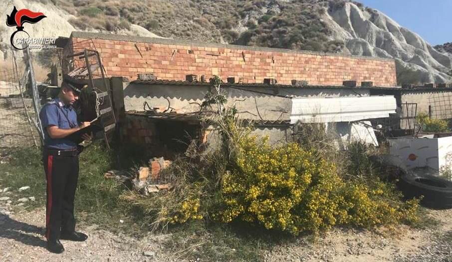 Abusivismo edilizio, tre persone denunciate nella Locride. Si procede con abbattimenti