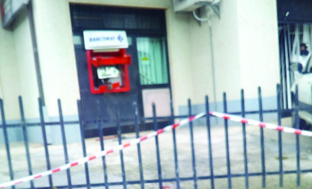 Esplosivo per asportare il bancomat, poi i ladri si danno alla fuga