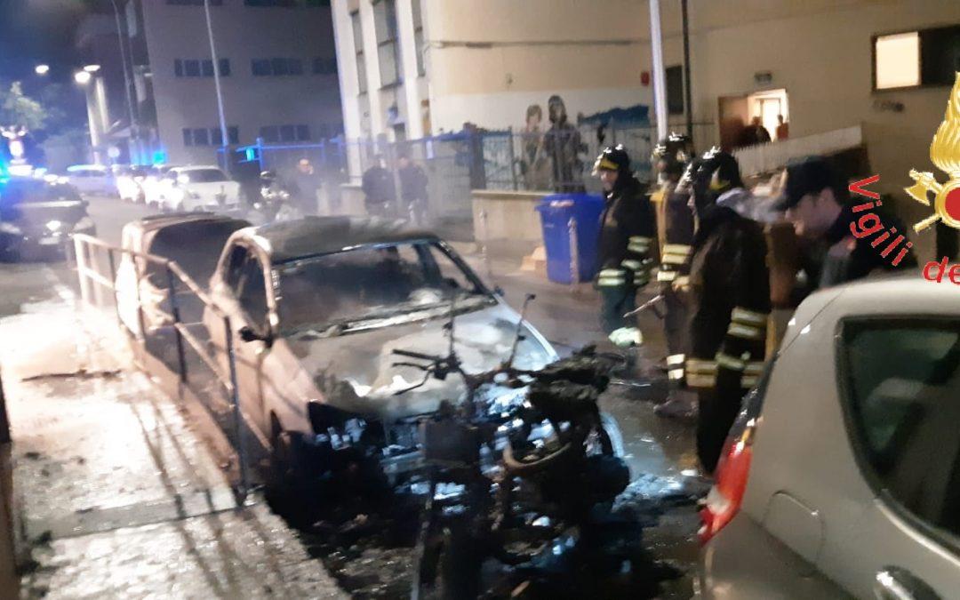 Notte di fuoco e paura a Catanzaro, in fiamme diverse auto e una moto. Molti i danni