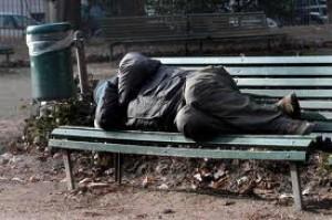 Dorme su panchina per poter lavorare per 310 euro al mese: il dramma di una donna a Rende
