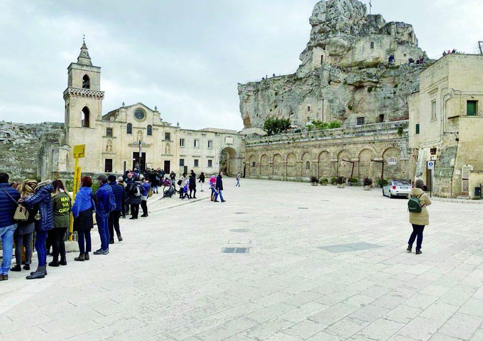 Piazza San Pietro Caveoso ieri, completamente agibile e coi turisti, nella foto del M5S materano