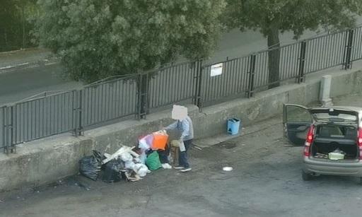 Ambiente, gettano rifiuti in strada a Catanzaro: sorpresi con le telecamere e multati
