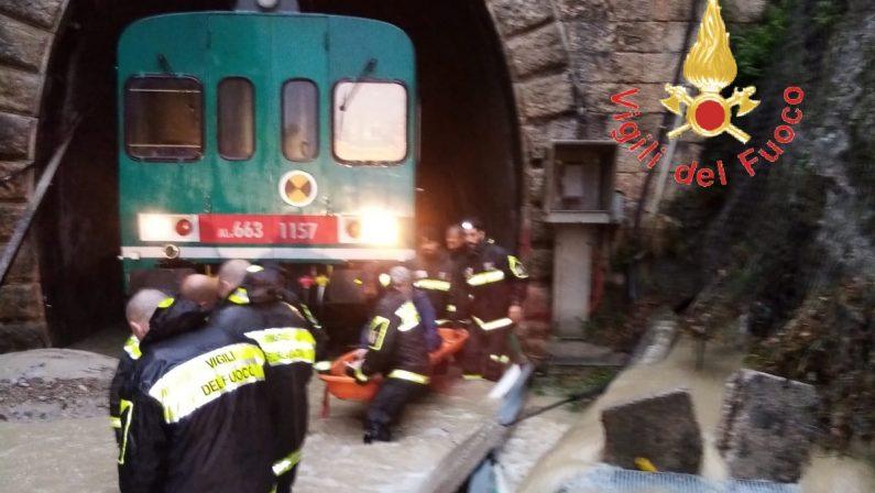 Maltempoin Calabria, allagata Reggio. Treno resta bloccato in una galleria. Molti i disagi - VIDEO
