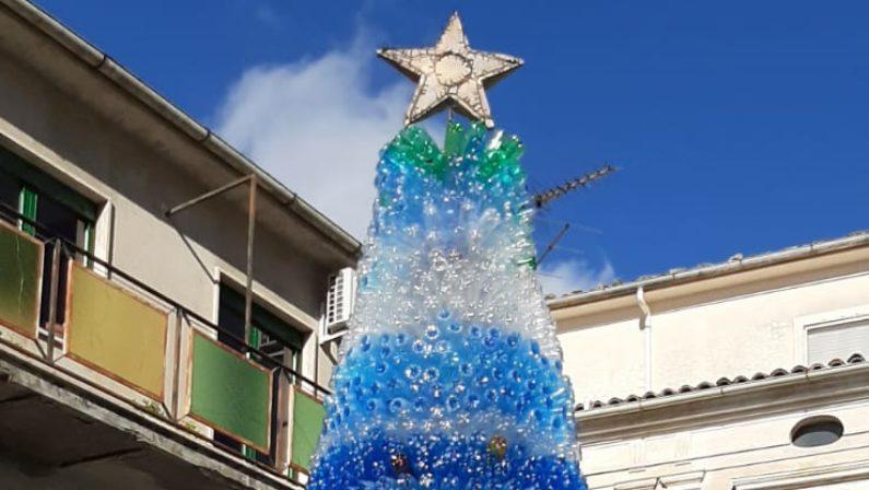 Oltre 4mila bottiglie di plastica per un albero di Natale del tutto particolare