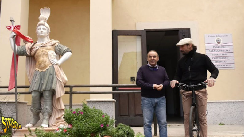 """'Ndrangheta: statua davanti al Comune di Guardavalle, sotto protezione un giornalista di """"Striscia"""""""