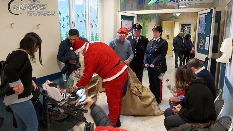 Visita a sorpresa dei Carabinieri Forestali per il Natale tra i bambini dei reparti pediatrici di Cosenza