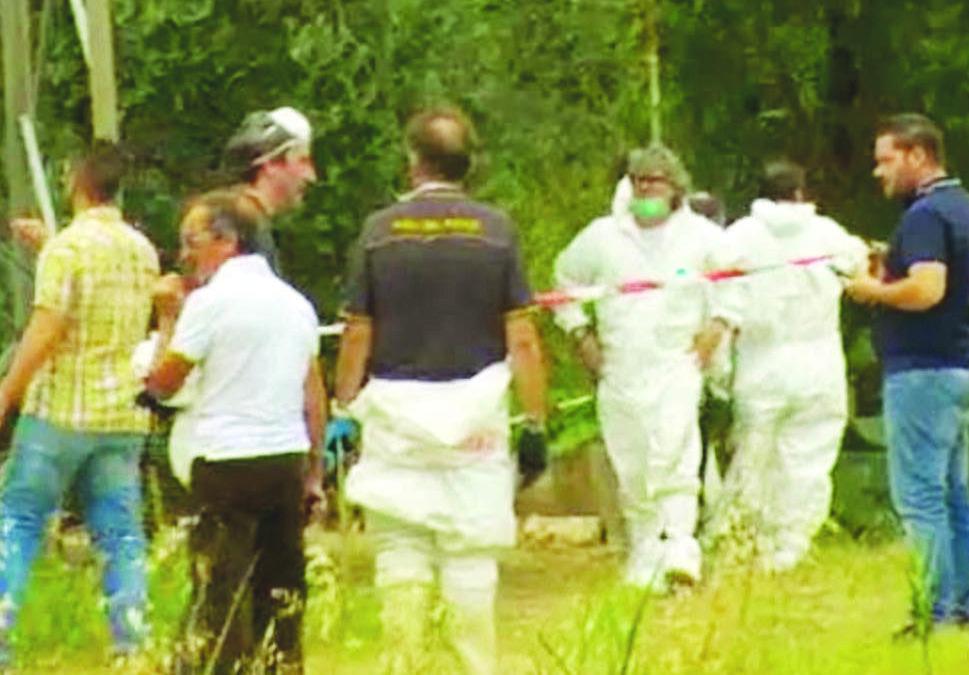 I rilievi della scientifica sul luogo dove è stato ritrovato il cadavere