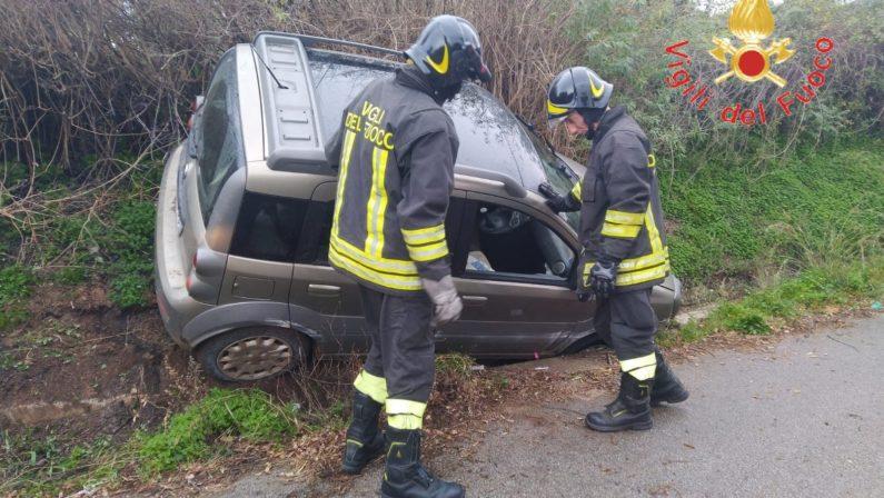 Auto finisce in un canale, il conducente estratto dai vigili del fuoco