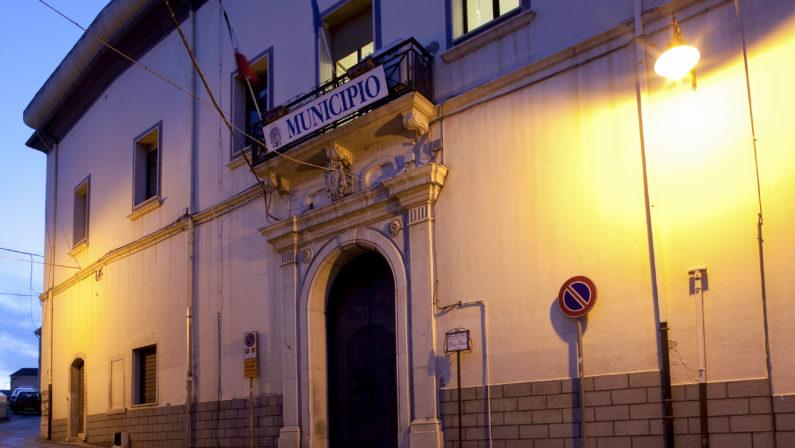 Inchiesta sui loculi, diventano un caso politico le accuse di connivenza al sindaco di Rionero