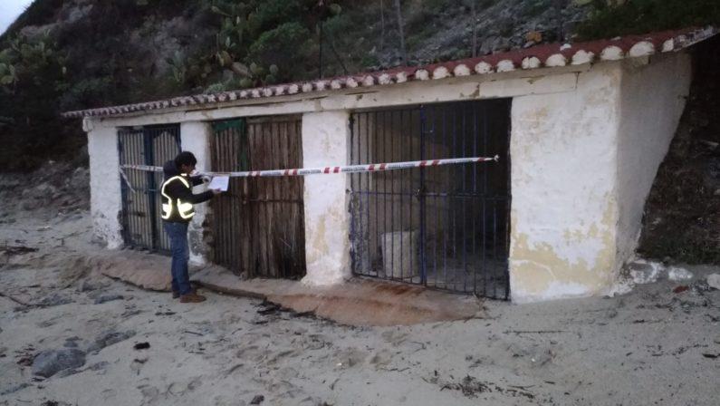 Immobili abusivi e coperti di eternit scoperti sulla spiaggia di Ricadi