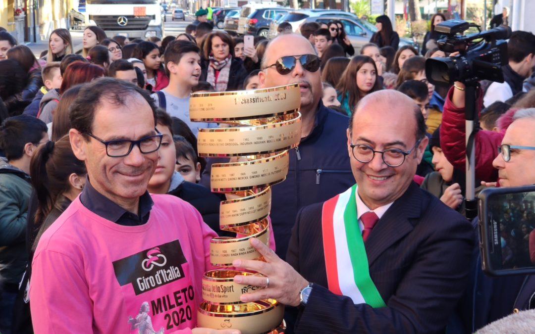 Giro d'Italia, in esposizione a Mileto il Trofeo senza fine Messoin palio per il vincitore della Corsa Rosa