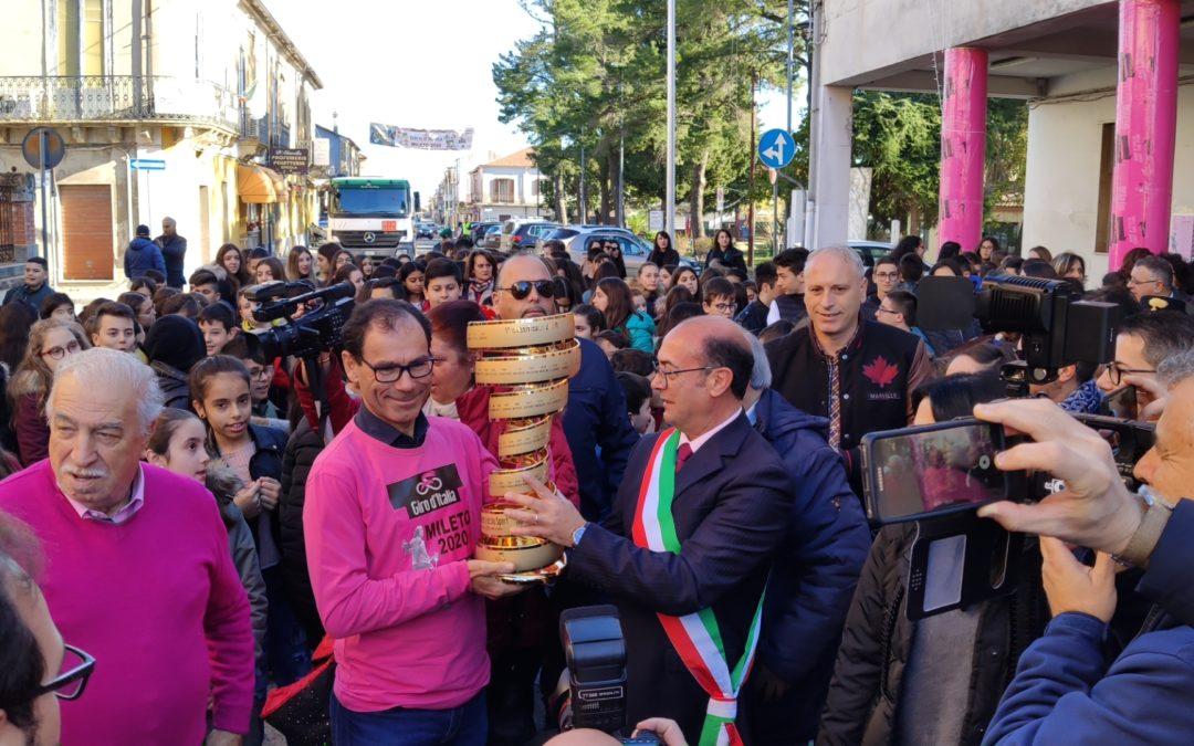 Giordano e Cassani alla consegna del Trofeo senza fine in esposizione a Mileto a Dicembre scorso