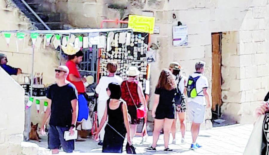 Matera, la rabbia degli ambulanti: «Noi beffati dal Comune e gli abusivi lavorano»