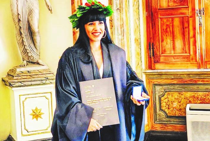 Yvonne a 22 anni prende la terza laurea
