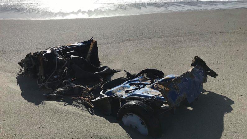 Maltempo, nel Lametino il mare restituisce la carcassa di un'auto