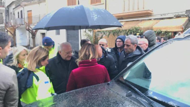 Maltempo: piazza 'sollevata', visita De Luca a San Martino Valle Caudina