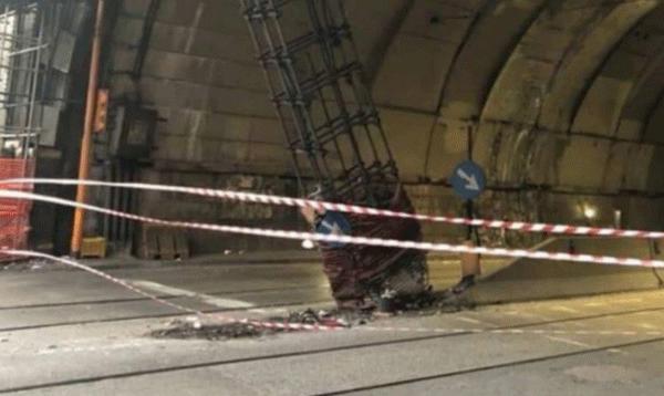 Cede pilone, chiusa Galleria Vittoria - Una auto ha provocato l'incidente