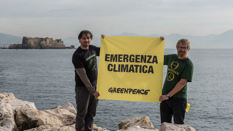 """Greenpeace lancia a Napoli operazione """"Mare caldo"""" per i cambiamenti climatici"""