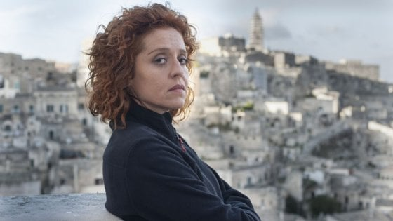 Vanessa Scalera nei panni di Imma Tataranni: sullo sfondo i Sassi di Matera
