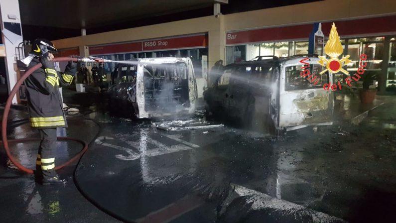 Lamezia, incendio in area di servizio distrugge due auto. Le fiamme partite da un minibus di tifosi reggini