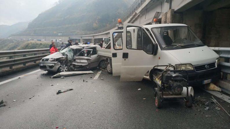 Incidente stradale in autostrada a Cosenza, morto un uomo nello scontro tra auto e furgone