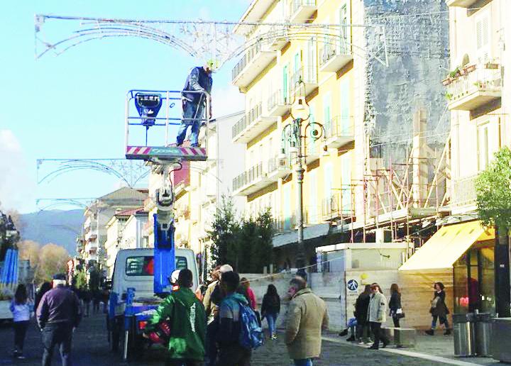 Avellino, si preparano le luminarie di Natale