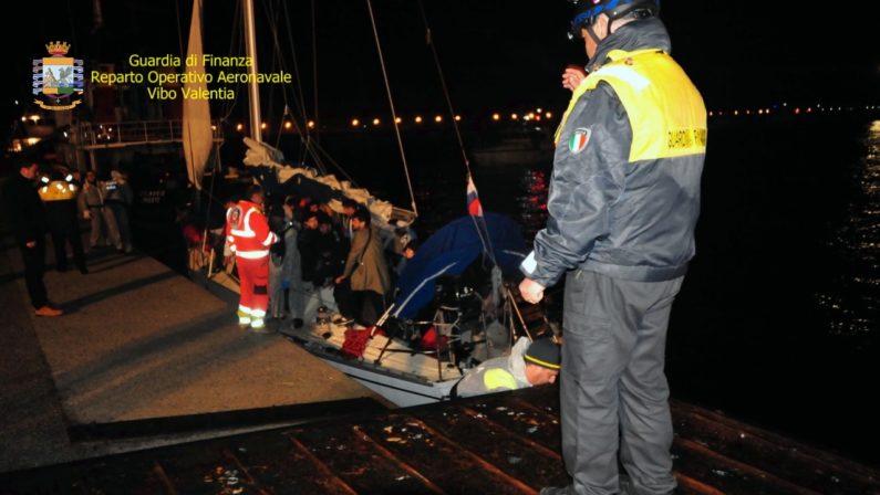 Gruppo di 55 migranti sbarcati in Calabria, fermati tre scafisti di nazionalità ucraina