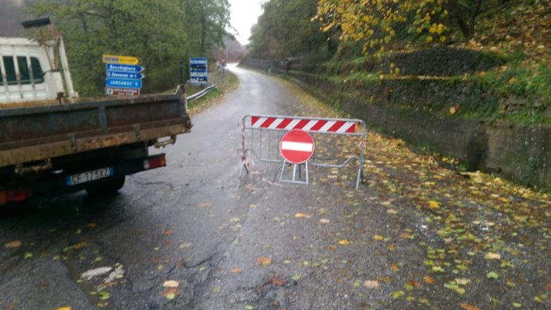 Longobucco, strada del vallone Macrocioli innevata e chiusa al traffico