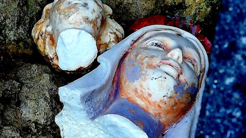 """Decapitate le statue della """"Madonnina del mare"""" e del Bambino nel Vibonese"""