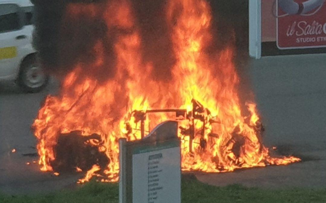 Auto distrutta dalle fiamme a Castrolibero