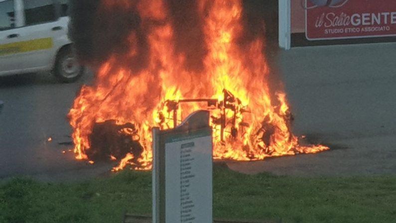 Auto distrutta dalle fiamme a Castrolibero - VIDEO