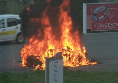 Auto-in-fiamme-castrolibero-1