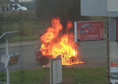 Auto-in-fiamme-castrolibero-2