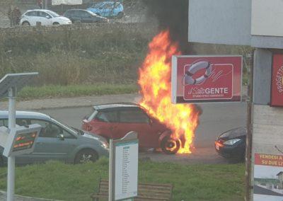 Auto-in-fiamme-castrolibero-4