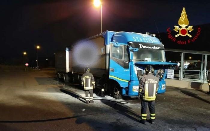 Autotreno in fiamme sull'autostrada, intervengono i vigili del fuoco