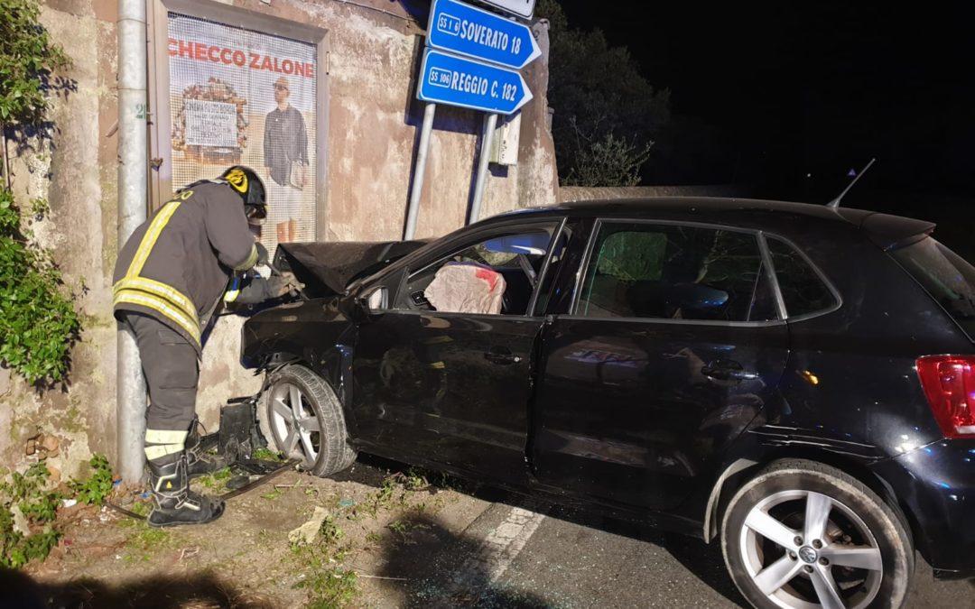 Incidente all'alba sulla statale 106 nel Catanzarese, feriti 4 giovani