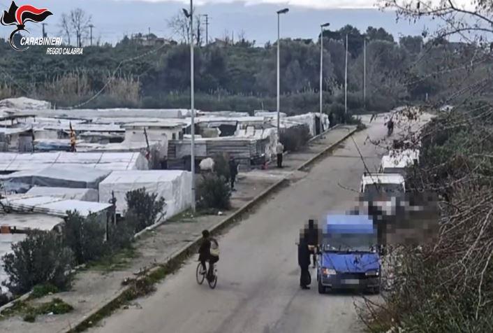 Caporalato e prostituzione, arresti nel Reggino. Due euro l'ora ai migranti. Procuratore: «Mancano scelte politiche» - VIDEO