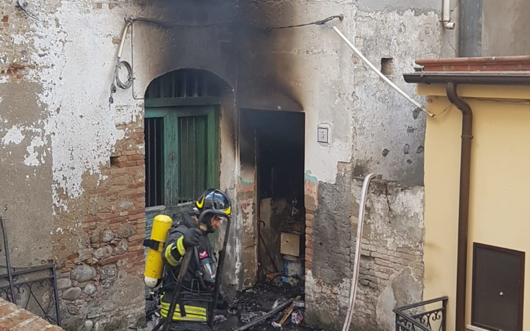 Incendio in un appartamento del Potentino, una vittima