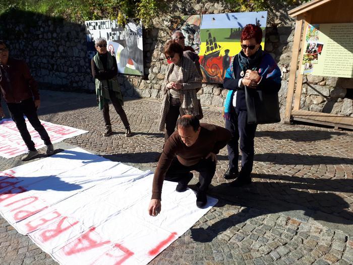 Salvini a Riace: «Casa e lavoro prima ai calabresi». Lucano: «Questo è un paese libero». Tappe a Gioia Tauro e Spezzano