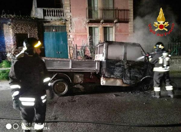 Furgone distrutto da un incendio nel Vibonese, avviate indagini