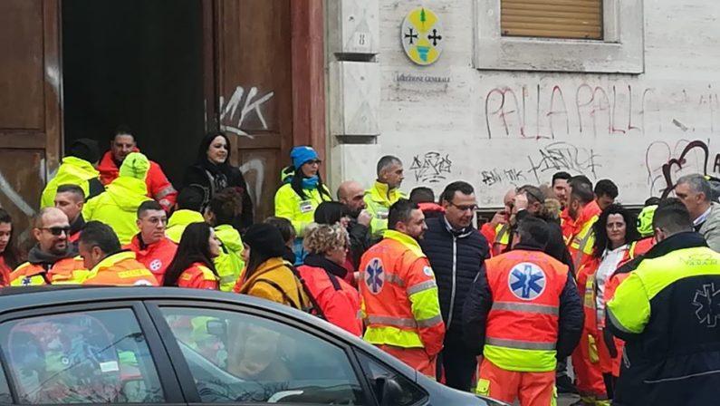 Esplode la protesta delle ambulanze a Cosenza: «Soccorso a rischio in tutta la provincia» VIDEO