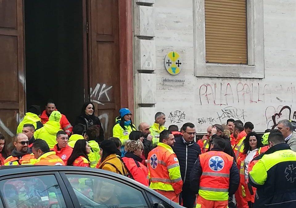La protesta degli operatori del 118 stamattina a Cosenza