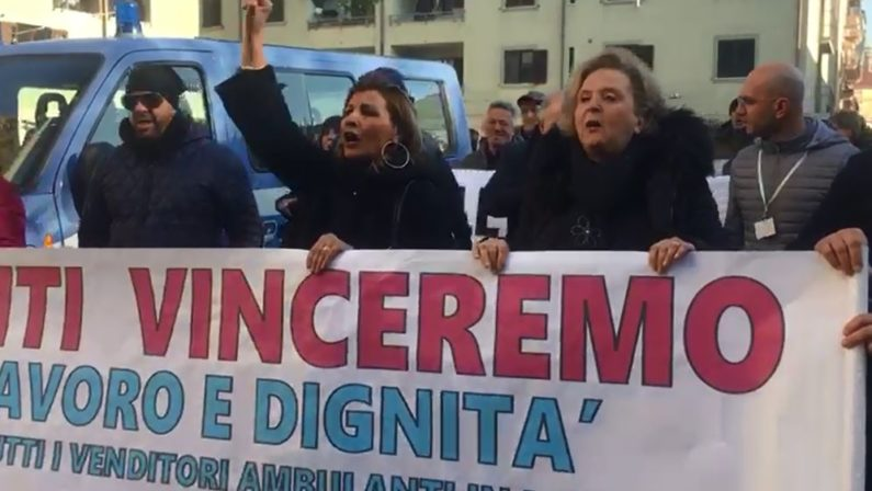 VIDEO - La protesta dei venditori ambulanti