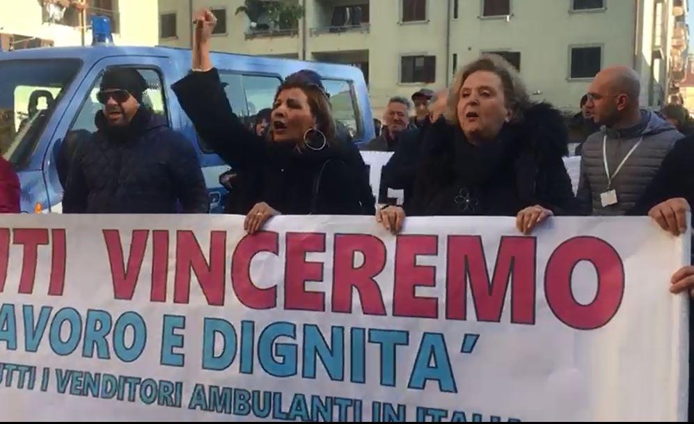 VIDEO – La protesta dei venditori ambulanti