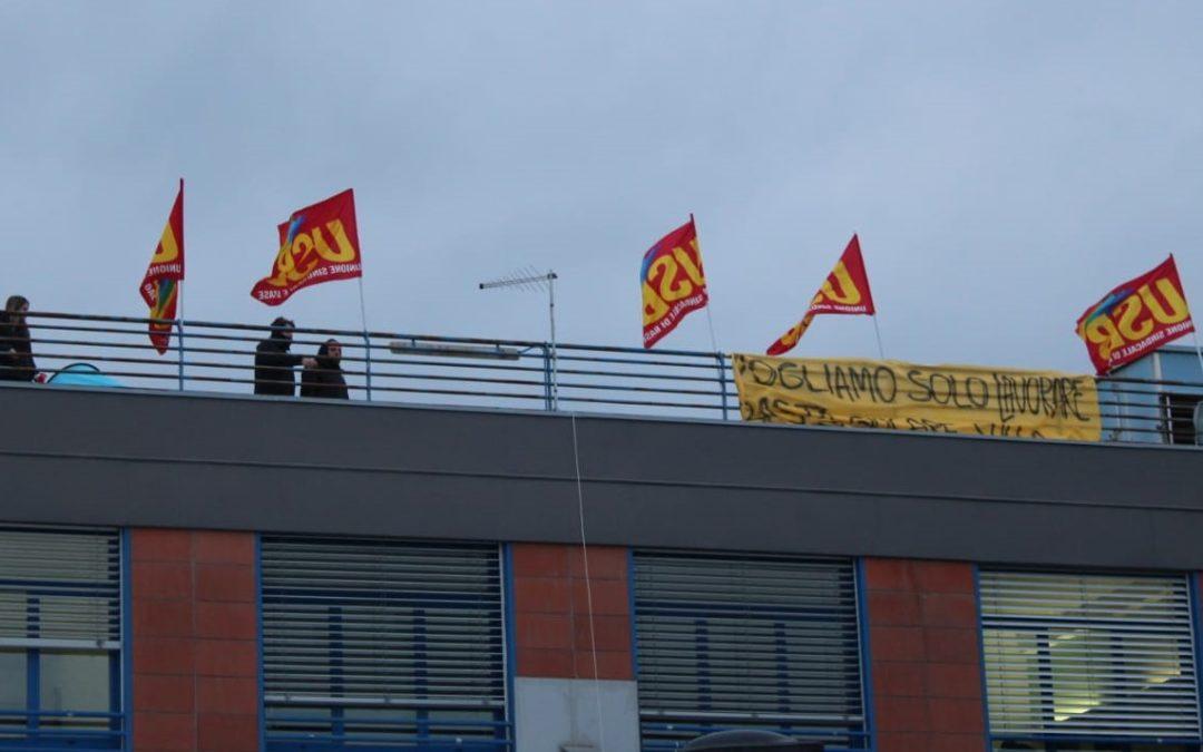 Cosenza, lavoratori della Seatt in protesta sul tetto dell'ospedale
