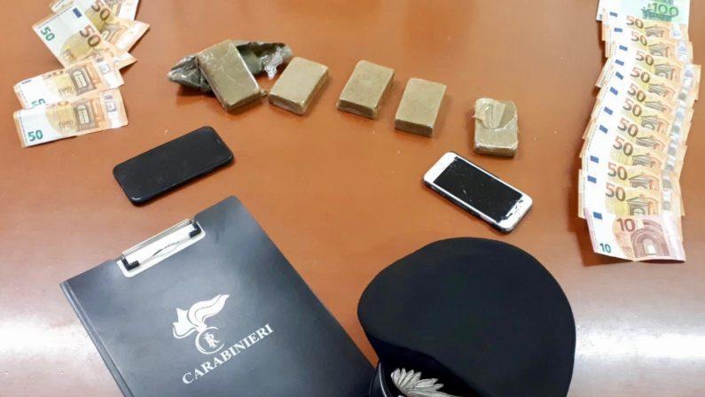 Quasi mezzo chilo di hashish sotto al tappetino, 2 giovani arrestati