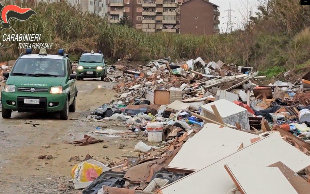 Una maxi discarica abusiva lungo il Crati, sei denunce per la gestione illecita dei rifiuti