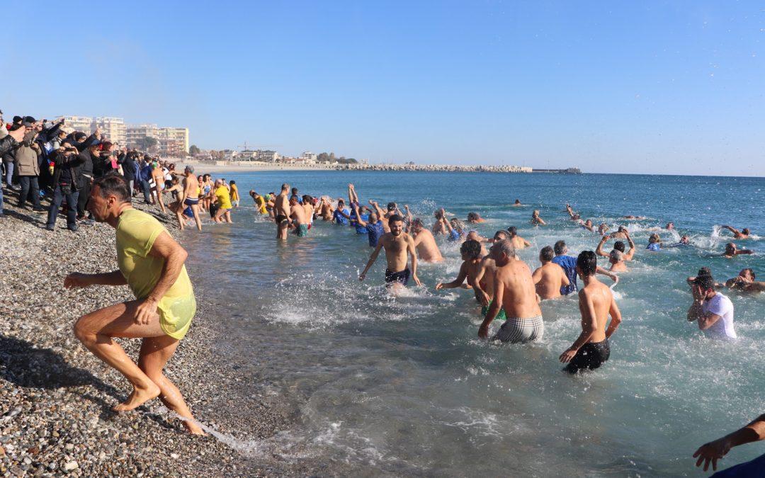 Tutti in mare per festeggiare il Capodanno: successo per il tradizionale tuffo di Catanzaro, Reggio e Crotone