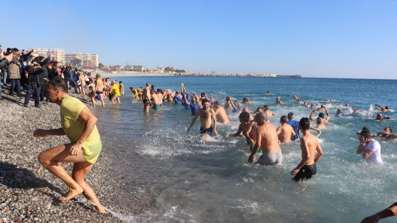 Tutti in mare per il Capodanno: successo per il tradizionale tuffo di Catanzaro, Reggio e Crotone