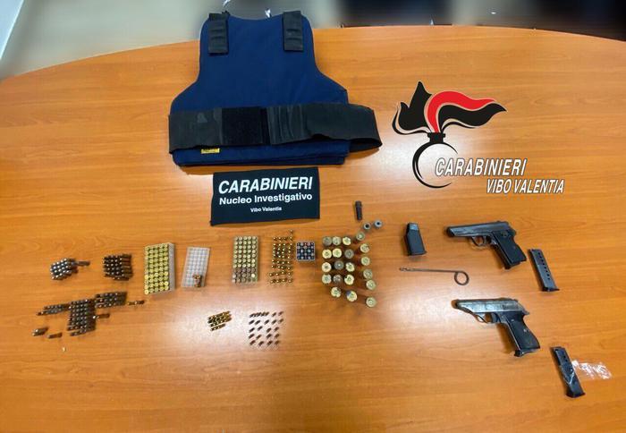 Nascondeva armi in una parete di casa, arrestata una donna a Vibo Valentia